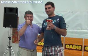 Rubén Blanco recogiendo su premio con el presidente de la FGA